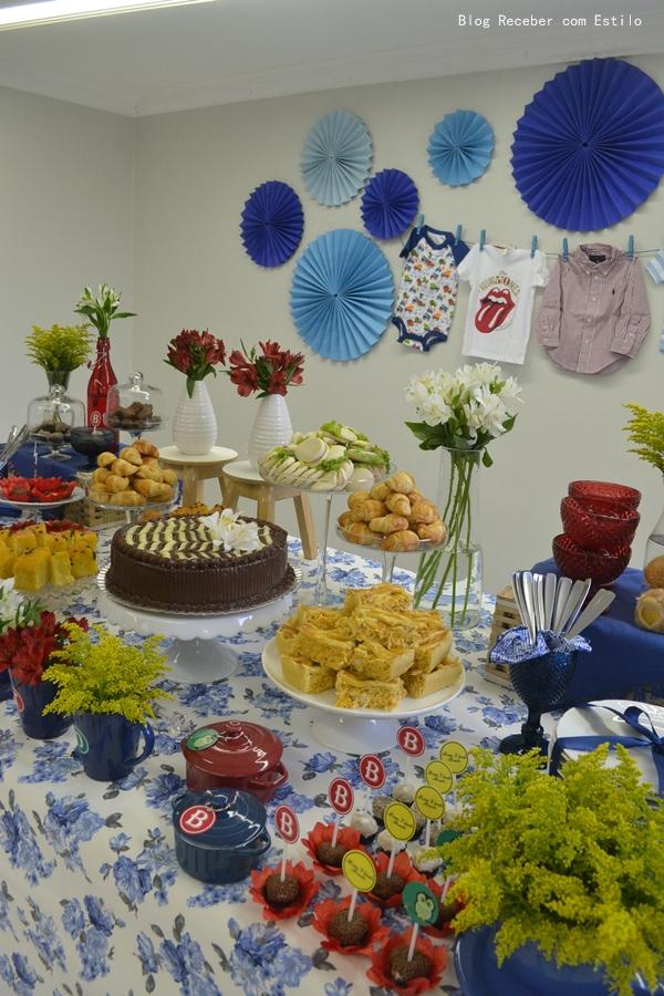 decoracao de festa azul marinho e amarelo:Canecas com flores formando o nome BENTO deram um charme especial na
