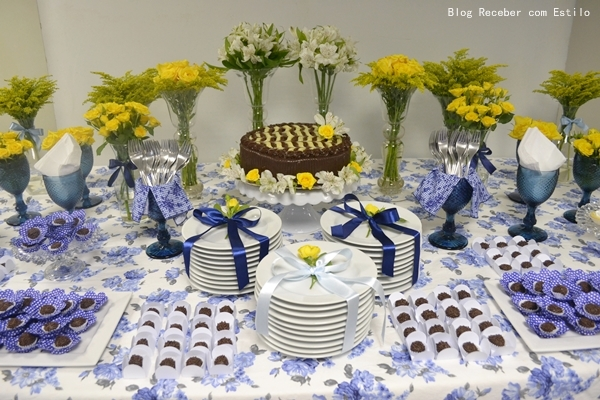 ganhou um toque de flores naturais e deixou a mesa ainda mais bela